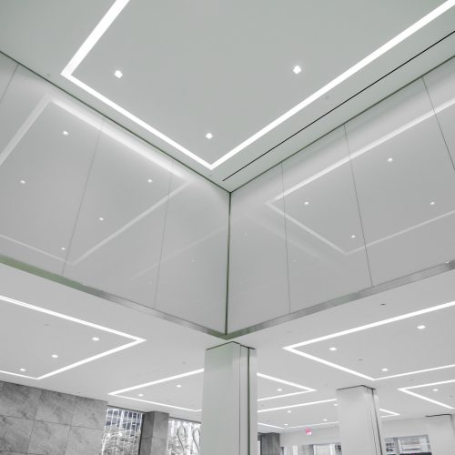 Office tower interior shot of lobby, featuring Oversize laminates with Vanceva White Interlayers.